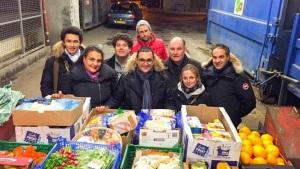 Arash Derambarsh et des bénévoles à Courbevoie